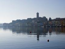 A vila pequena de Marta, no lago Bolsena, Itália central imagens de stock royalty free