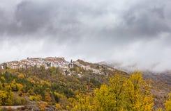 A vila pequena empoleirou-se sobre o monte, Barrea, Abruzzo, Itália OC Fotos de Stock