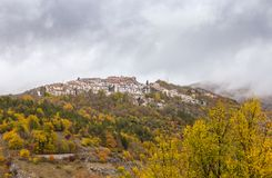 A vila pequena empoleirou-se sobre o monte, Barrea, Abruzzo, Itália OC Fotografia de Stock