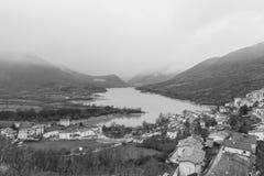 A vila pequena empoleirou-se sobre o monte, Barrea, Abruzzo, Itália OC Foto de Stock Royalty Free
