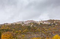 A vila pequena empoleirou-se sobre o monte, Barrea, Abruzzo, Itália OC Fotos de Stock Royalty Free