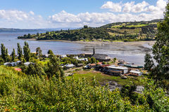 Vila pequena, ilha de Chiloe, o Chile foto de stock royalty free