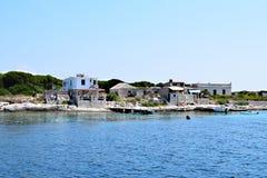 Vila pequena na ilha pequena fotos de stock royalty free