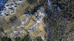 Vila pequena na opinião aérea dos cumes italianos vídeos de arquivo