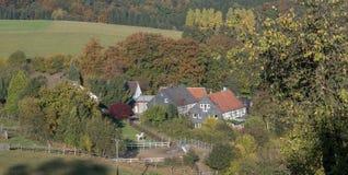 Vila pequena no outono no país montanhoso fotografia de stock