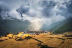 A vila pequena surpreendente no monte iluminou-se por um raio de sol Foto de Stock Royalty Free