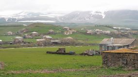 Vila perto da beira entre Armênia e Geórgia A chaminé do forno fuma nublado video estoque