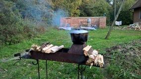 Vila que cozinha com caldeirão grande imagens de stock royalty free