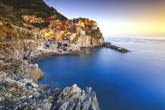 Vila, rochas e mar de Manarola no por do sol Cinque Terre, Itália Imagem de Stock Royalty Free