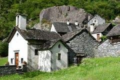 A vila rural de Sabbione no vale de Maggia fotografia de stock royalty free