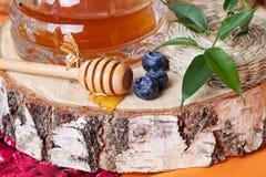 A vila rural do mel reduziu a vida do coto de árvore ainda Imagens de Stock Royalty Free