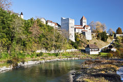 vila Sauveterre-de-Bearn medieval vista da ponte da legenda Imagens de Stock Royalty Free
