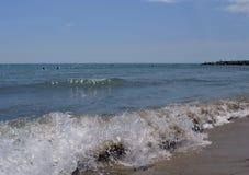 Vila sommarberg vaggar havet för ön för kusten för fartyget för stranden för blått för himmel för vatten för solnedgången för hav Arkivfoto