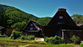 A vila surpreendente que deve ser visitada por turistas em Shirakawa vai foto de stock royalty free