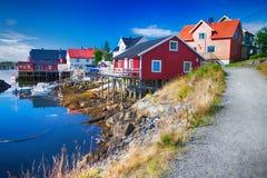 Vila típica com as casas de madeira em Henningsvaer, ilhas de Lofoten, Noruega Fotos de Stock