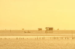 Vila tailandesa do pescador do tempo do nascer do sol em Bangtaboon Petchaburi, Th Fotografia de Stock