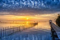 Vila tailandesa do pescador do tempo do nascer do sol em Bangtaboon Petchaburi, Th Imagem de Stock Royalty Free