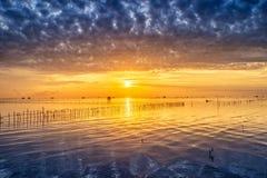 Vila tailandesa do pescador do tempo do nascer do sol em Bangtaboon Petchaburi, Th Foto de Stock
