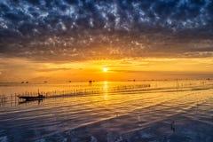 Vila tailandesa do pescador do tempo do nascer do sol em Bangtaboon Petchaburi, Th Fotografia de Stock Royalty Free