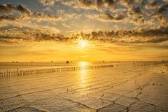 Vila tailandesa do pescador do tempo do nascer do sol em Bangtaboon Petchaburi, Th Fotos de Stock