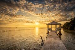 Vila tailandesa do pescador do tempo do nascer do sol em Bangtaboon Petchaburi, Th Imagens de Stock Royalty Free