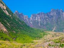 Vila tibetana da montanha na mola Fotografia de Stock