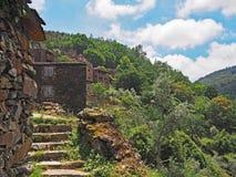 Vila tradicional do xisto nas montanhas de Portugal central imagem de stock royalty free