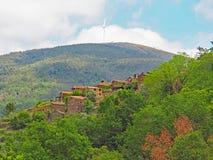 Vila tradicional do xisto nas montanhas de Portugal central imagens de stock