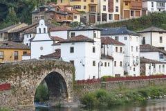 Vila tradicional nas Astúrias com ponte de pedra, Cangas spain imagens de stock