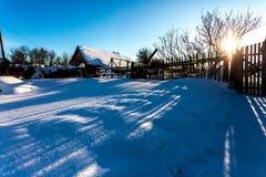Vila tradicional pequena do russo na manhã gelado nevado do inverno fotografia de stock