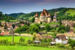 A vila turística famosa de Transylvanian com saxão fortificou a igreja, Biertan, Romênia imagens de stock royalty free