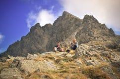 Vila turister på bergpasserande Arkivbild