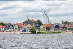Vila Urk do Seascape com as turbinas eólicas que aumentam acima das casas imagens de stock royalty free