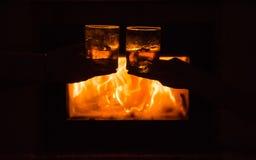 Vila vid spisen i en kall natt Arkivfoto