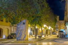 Illuminated nocturnal view street with monument Royalty Free Stock Photos
