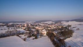 Vilage en Bhemia occidental, foto aérea del invierno Fotografía de archivo