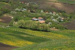 Vilage rumano entre las colinas imagen de archivo