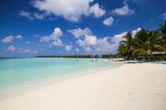 vilamendhoo海岛看法水平房的在印度洋马尔代夫支持 库存图片