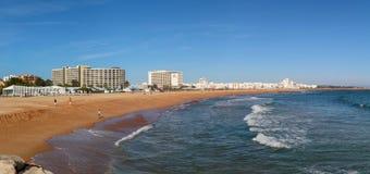 Vilamoura Portugal - panoramautsikt av den Vilamoura stranden som sett från pir arkivbild