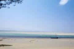 在VILANCULOS莫桑比克,非洲的白色沙子海滩 库存图片