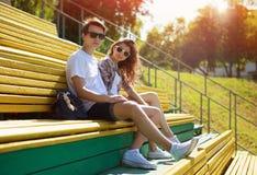 Vilar unga moderna stilfulla par för sommar i solglasögon Fotografering för Bildbyråer
