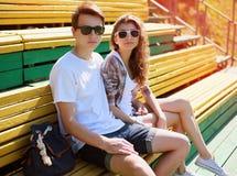 Vilar unga moderna stilfulla par för sommarstående i solglasögon Royaltyfri Bild