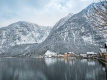 Vilas alpinas Hallstatt na paisagem colorida da casa da montanha da neve da estação do inverno de Áustria Imagem de Stock