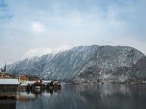 Vilas alpinas Hallstatt na paisagem colorida da casa da montanha da neve da estação do inverno de Áustria Imagens de Stock