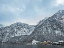 Vilas alpinas Hallstatt na paisagem colorida da casa da montanha da neve da estação do inverno de Áustria Imagem de Stock Royalty Free