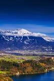 Vilas e cumes alpinos pequenos próximo do lago sangrado, Eslovênia, Eu Fotos de Stock