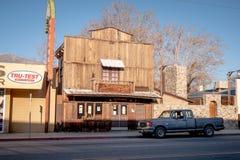 Vilda v?sternsalongen i den historiska byn av ensamt s?rjer - ENSAMT S?RJA CA, USA - MARS 29, 2019 arkivfoto