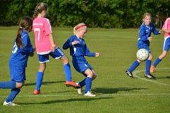 Vildbjerg,丹麦- 2015年7月31日-比赛的小辈女性足球运动员 库存照片
