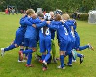 Vildbjerg, Δανία - 2 Αυγούστου 2015 - κατώτερο θηλυκό ομαδικό πνεύμα ποδοσφαιριστών Στοκ Φωτογραφία