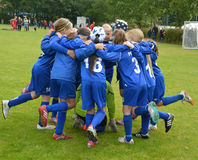 Vildbjerg, Дания - 2-ое августа 2015 - младший женский дух команды футболиста стоковая фотография